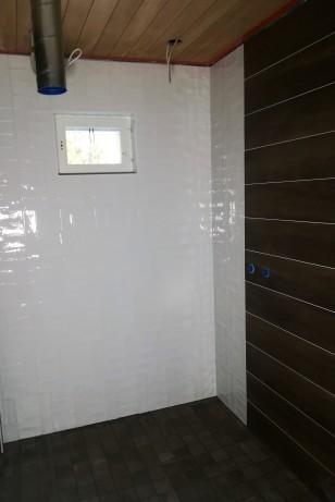Alakerran kylpyhuone odottelee suihkuja.