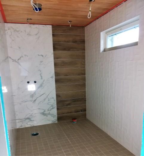 Yläkerran kylpyhuone odottelee ammetta.